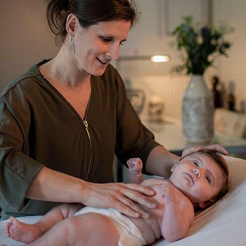 Osteopaat Jenny behandelt een baby