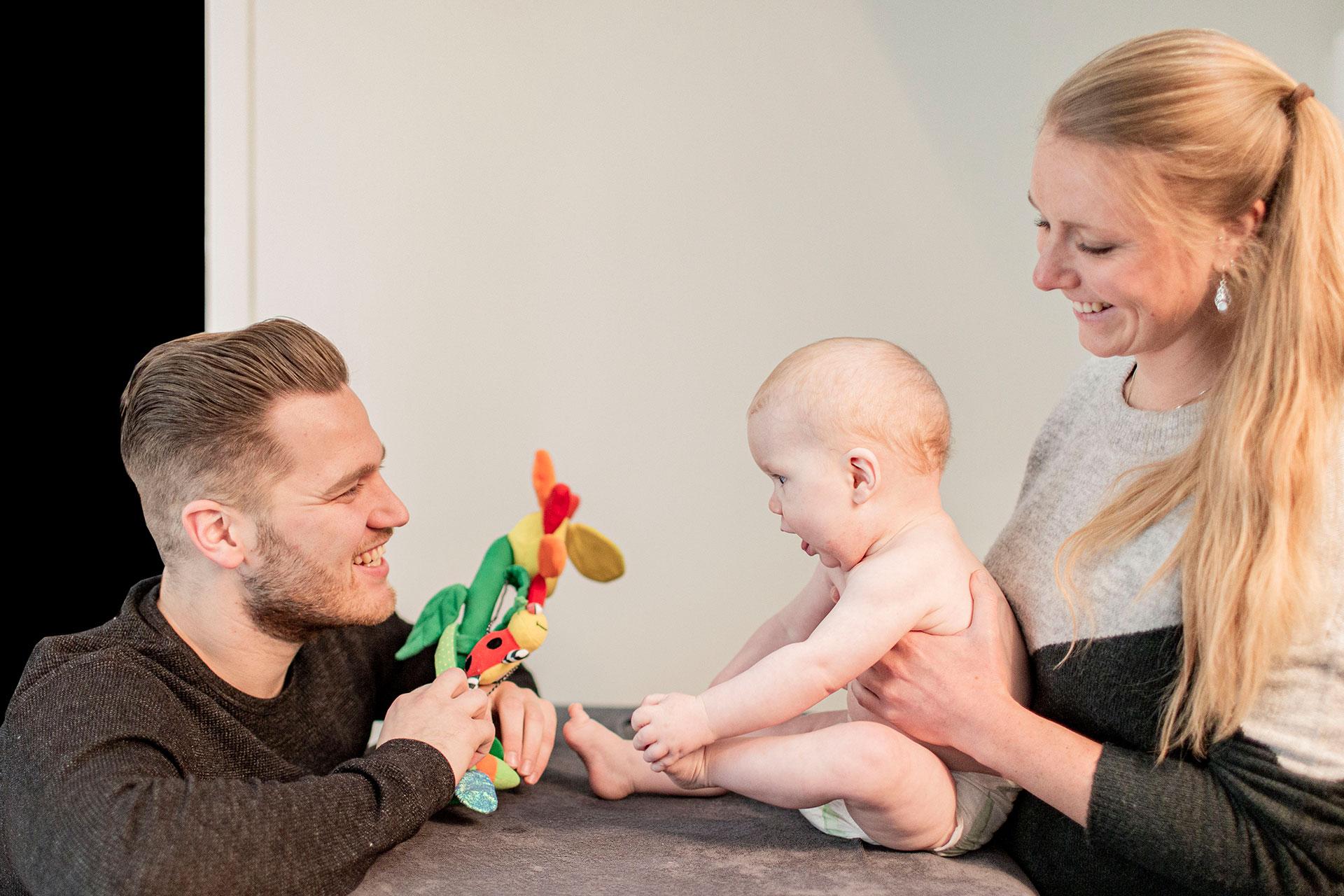 Behandeling baby door osteopaat met papa