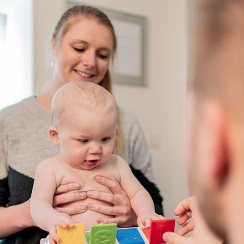 Osteopaat Jolien behandelt een baby
