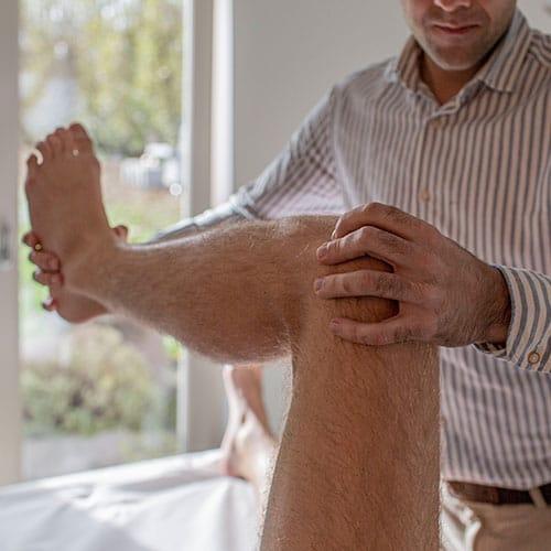 Osteopaat behandelt knie