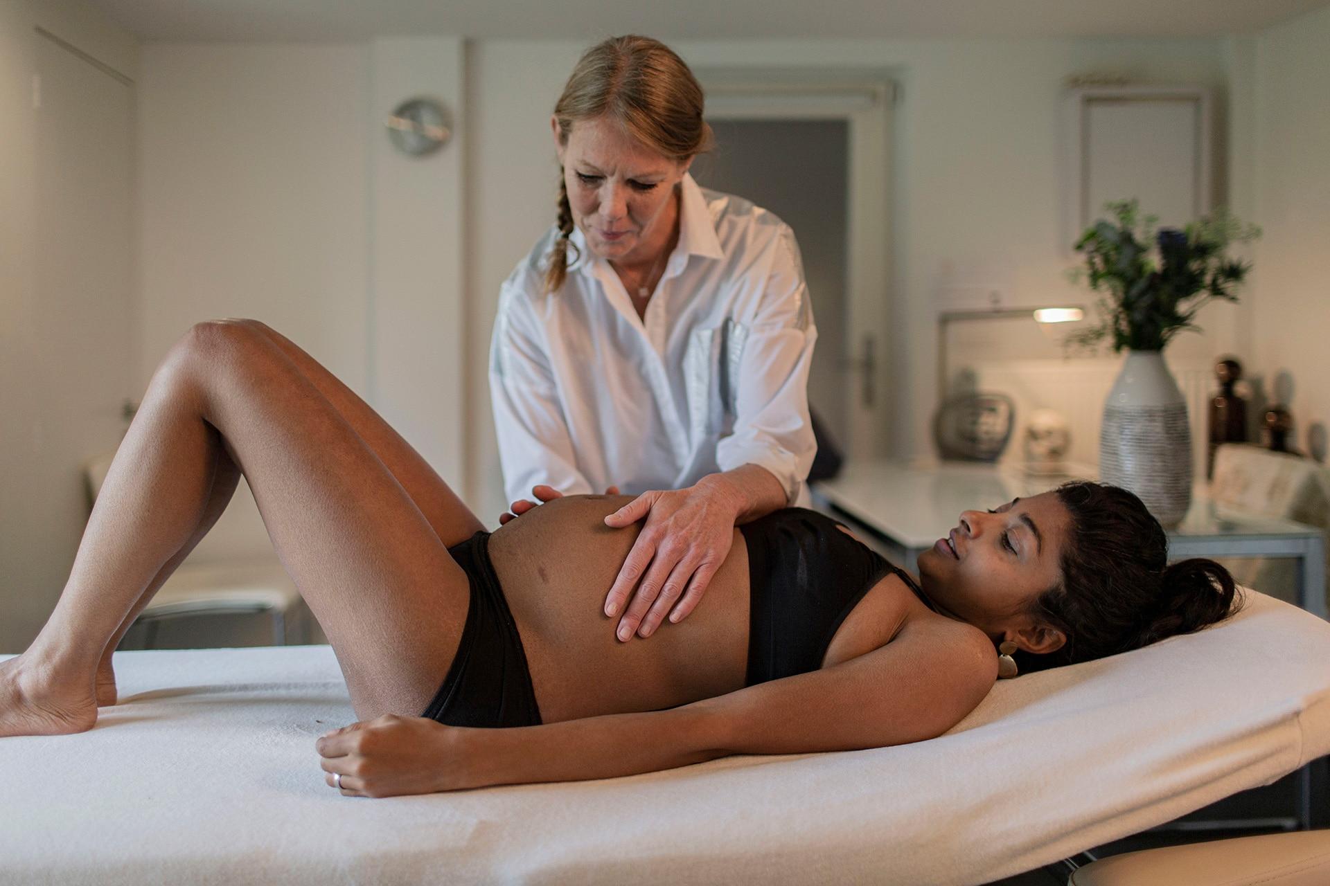 Osteopaat Colette Peeters behandelt zwangere vrouw