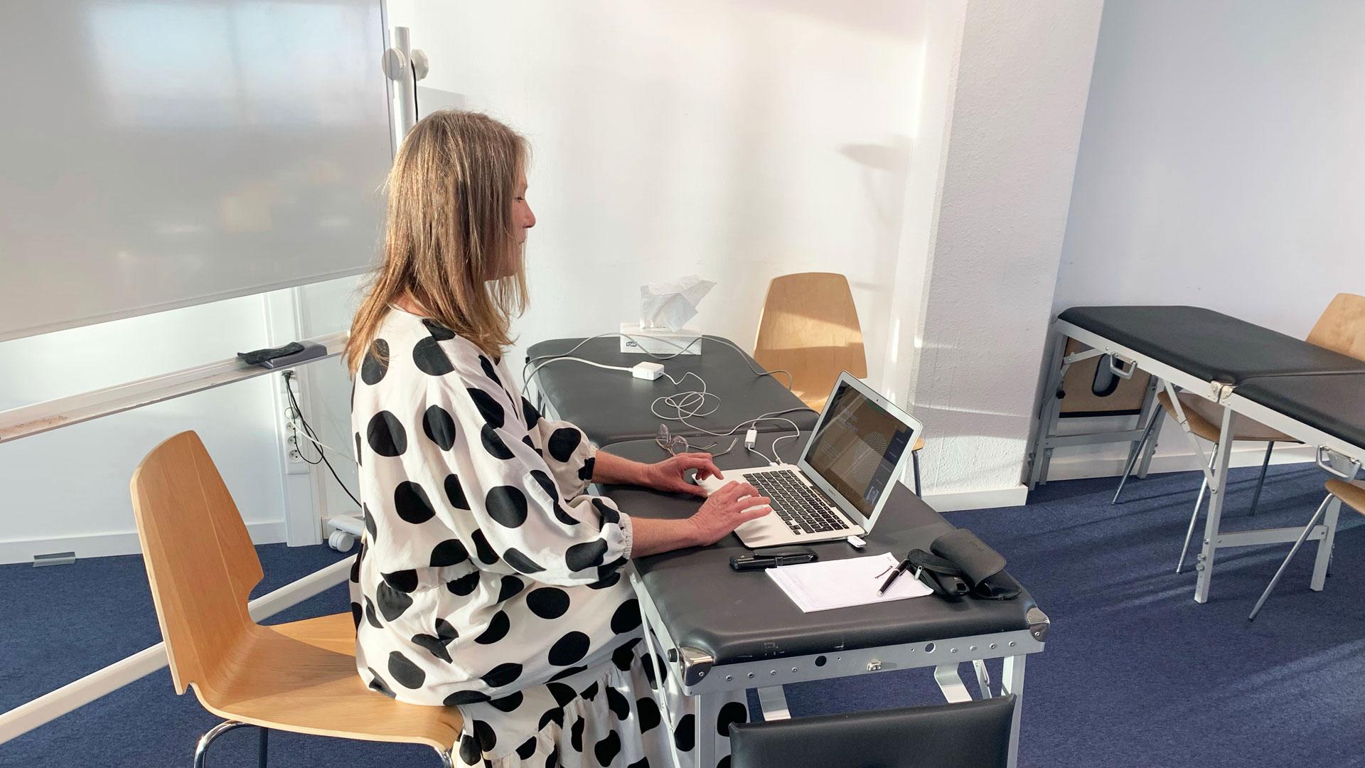 Osteopaat Colette Peeters geeft les in IAO Antwerpen