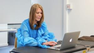 Osteopaat Colette Peeters doceert voor het IAO